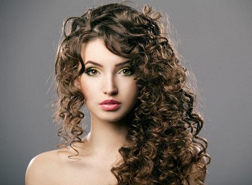 coiffure cheveux long bouclée