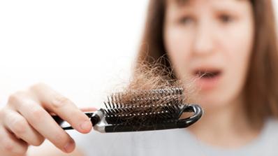 quelques astuces pour eviter la chute de cheveux